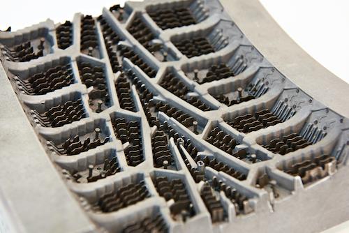 Intérieur d'un moule de pneu avec évents visibles